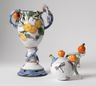 """Sonngard Marcks, Vase """"Marillen"""", 2015, Kanne """"Marillen und Libellen"""", 2016, Fayence, H. 33, cm, H. 16 cm Foto: Die Neue Sammlung - The Design Museum (A. Laurenzo)"""