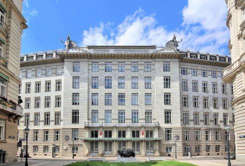 """Postsparkassengebäude von Otto Wagner in den Jahren 1903/4 bis 1906/7 errichtet. Von 1910 bis 1912 erfolgte eine Erweiterung. Davor die Bronzeguss-Skulptur """"Ferryman 1997"""" von Tony Cragg. Foto: Wikipedia"""