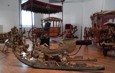 Reich vergoldeter, geschnitzter Karussel-Schlitten aus der Zeit 1740/50 in dem wir uns durchaus die Kaiserin Maria Theresia vorstellen dürfen! Foto: schnuppe von Gwinner