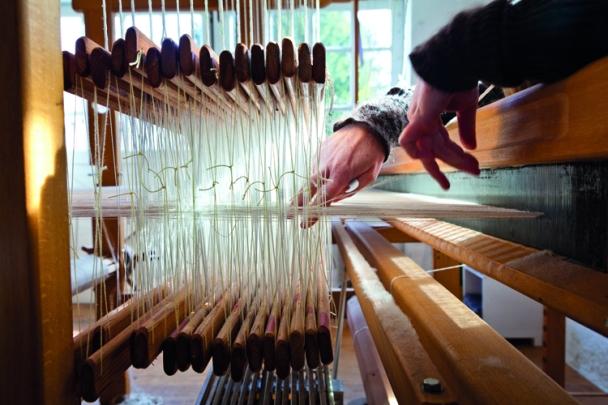 Lucia Schwalenberg/Weberei & Textildesign - In ihrer idyllischen Werkstatt im Klosterort Wennigsen mischen sich archaische Handwerkskunst und High-Tech-Können. Sie wurde für ihre Gewebe mehrfach preisgekrönt, u.a. mit dem Staatspreis und Nominierungen für den German Design Award.