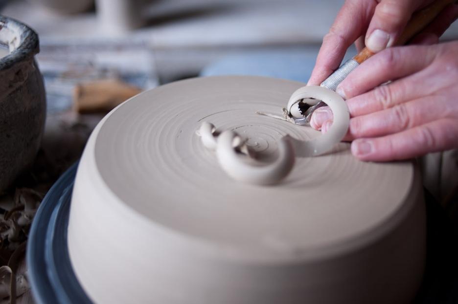 Marlies Adam-Hennecke/Werkstatt-Galerie Hemmingen - Marlies Adam-Hennecke ist Keramikermeisterin und Gestalterin. Ihre Werkstatt für Keramik und Porzellan liegt in einem großzügigen, romantischen Haus im alten Ortskern von Hemmingen. Ihre Arbeiten sind farbenfroh und grafisch. In den Räumlichkeiten finden sich weitere Künstlerinnen.