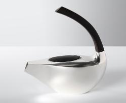 Yu-Chun Chang. Zwei-Tassen Teekanne. 925 Silber, Ebenholz. 2016. Foto Andreas Decke