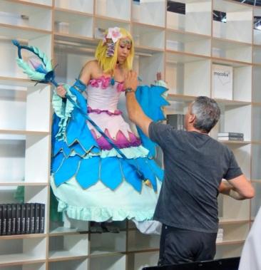Eine Figur der Manga-Comic-Convention Leipziger Buchmesse 2017 angeheuert um für ein Regalsystem zu werben