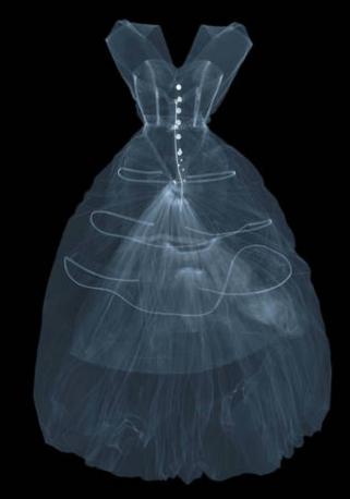 X-ray Fotografie des Abendkleides aus Seidentaft von Cristóbal Balenciaga, 1955, Paris, Frankreich. X-ray von Nick Veasey, 2016. © Nick Veasey