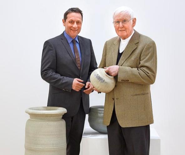 Landrat Achim Schwickert überbrachte Heiner Balzer persönlich die Entscheidung des Kreistages, mit dem Ehrenpreis für Keramik sein Lebenswerk zu würdigen Foto: FOCUS NWMI-OFF:Westerwaldkreis