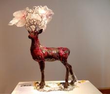 Lisa Maisel, Hirschskulptur, Steinzeug, glasiert und Plastikfolie - Galerie Collection, Paris   Foto: Schnuppe von Gwinner