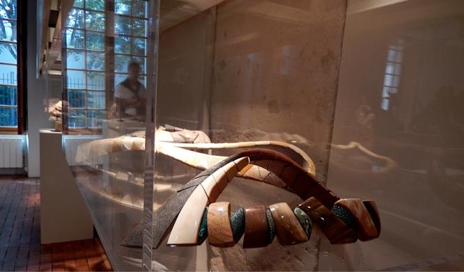 Jean-François Pereña, Schmuck-Kreationen aus Naturmaterialien wie Bein & Leder - Galerie Collection, Paris   Foto: Schnuppe von Gwinner