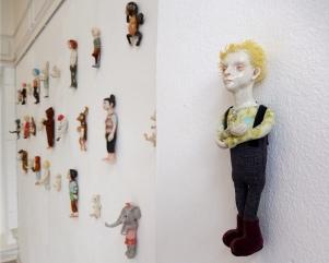 Kirsten Brünjes: Miniatur-Figuren, Steinzeug, an der Wand montiert, Foto: Schnuppe von Gwinner