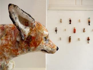 Kirsten Brünjes: Miniatur-Figuren, Steinzeug - Galerie terra rossa, Leipzig bis 29.06.2017, Foto: Schnuppe von Gwinner