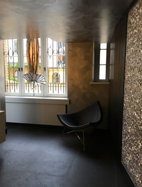 Deutsche Werkstätten, Showroom Leipzig, WC-Vorraum, u.a. hängendes Blumen-Objekt: Design Mario Hein/ Die Kollegen Architekturbüro | Foto: Schnuppe von Gwinner