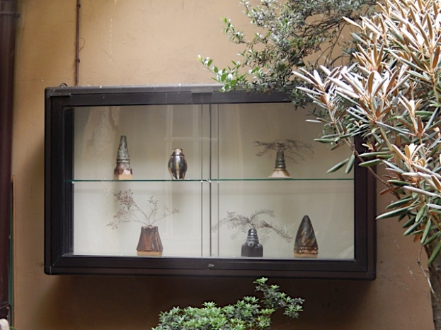 Lotte Reimers kleine Keramikgefässe im Innenhof