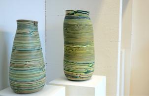Dorothee Wenz, geschichtete Gefäße aus eingefärbten Steinzeugen und Porzellanmasse, geschliffen - Ausstellung terra rossa, Leipzig | Foto: Schnuppe von Gwinner