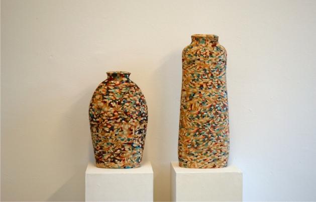 Dorothee Wenz, gebaute Gefäße aus eingefärbten Steinzeugen und Porzellanmasse, geschliffen - Ausstellung terra rossa, Leipzig | Foto: Schnuppe von Gwinner