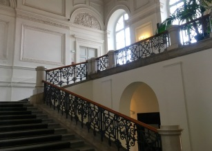Gespiegeltes Treppenhaus in der Bayerischen Akademie der Schönen Künste | Foto: Schnuppe von Gwinner