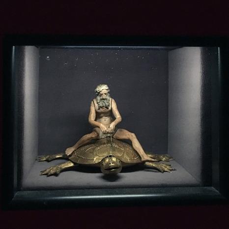 Automat: Hiob reitet auf einer Schildkröte (Anf. 17.Jh.) Detail: Spitzmaus Mummy in a Coffin and other Treasures Wes Anderson and Juman Malouf |Kunsthistorisches Museum Wien | Foto © Schnuppe von Gwinner
