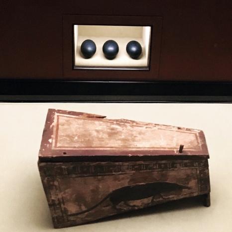 Das ist der Spitzmaus Mummy in a Coffin (es ist keine mehr drin!) und drei Emu-Eier | Wes Anderson and Juman Malouf |Kunsthistorisches Museum Wien | Foto © Schnuppe von Gwinner