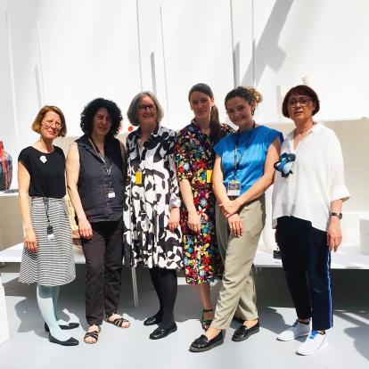 GRASSI FOR FRIENDS im Sonnenschein der Eröffnung, von links Anke Hennig (Textiler Schmuck) Elke Sada (Keramik/Gefäßobjekte) Schnuppe von Gwinner (Kuratorin) Kristina Rothe (Papiergefäße) Sarah Pschorn (Keramik/Gefäßobjekte) Lydia Hirte (skulpturaler Papierschmuck) | Foto: Philipp von Gwinner