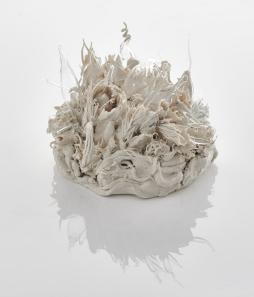 Lucille Lewin, CODA, Porzellan und Glas, 38x35x25cm, 2017 | Foto: Sylvain Deleu