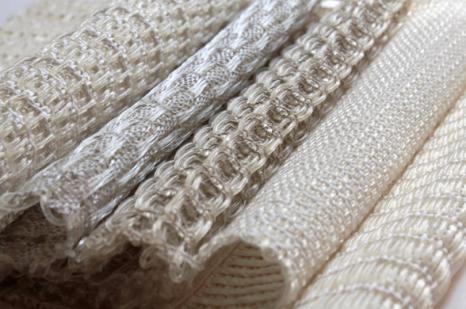 Rose Ekwe, Frankreich: Algentextil (nachhaltig und kompostierbar); Musterproben; Hanf (Kettfaden), Bioplastik-Garn aus an der französishen Küste gestrandeten Algen (Schuß), gewebt; 30x30x0,2 cm; Foto: Rose Ekwe