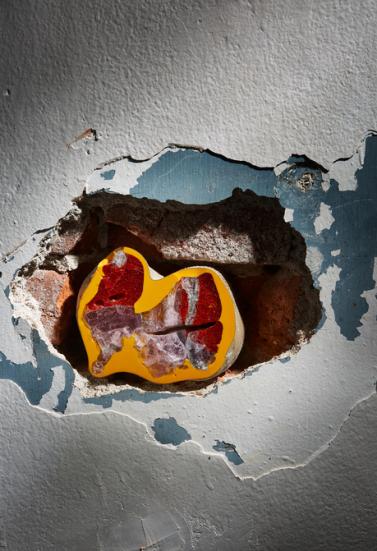 """Vlastimil Šenkýř, Tschechische Republik – Objekt aus der Serie """"Lapis Philosophorum""""; Glas, Metalloxide, handbearbeitet; 10,8x13x8 cm; Foto: Tomáš Slavik"""
