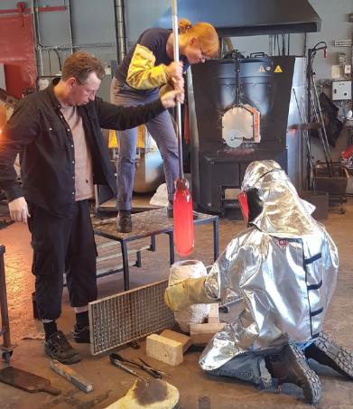 In der Glasshütte Boda, Schweden beim einblasen in die Form, die auf 1200 F erhitzt wurde um die feinste Abbildung der Details und Winkel zu erhalten
