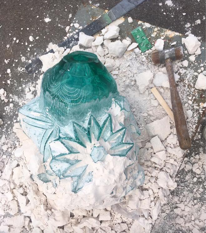 Stine Bidstrup, die erkaltete Glassform wird aus dem Gips geschlagen